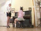 Etudiante domin�e par sa prof de piano