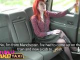 Deux lesbiennes tatouées baisent dans un taxi