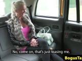 Blonde aux gros seins sautée dans un taxi
