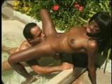 Jolie black enculée dans son jardin
