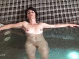 Des mamans cochonnes s'exhibent dans une piscine