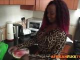 Baise interraciale dans la cuisine avec une black