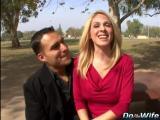 Une milf blonde se fait sauter devant son copain