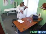 Une infirmière blonde et chaude baise avec un médecin