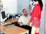 Jeune secrétaire niquée sur le bureau du boss