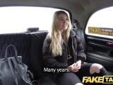 Cochonne blonde pinée dans un taxi