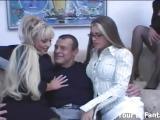 Un mec enculé par des femmes avec un gode ceinture