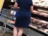 Un voyeur filme une mature dans un supermarché