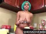 La jeune black Msnovember baise dans la cuisine