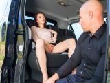 Une coquine baise avec son chauffeur dans la voiture