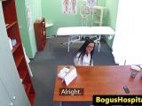 Une infirmière taille une pipe à son boss