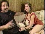 Coquine aux seins énormes baisée sur le divan
