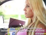 Une étudiante blonde se fait sauter en voiture