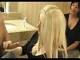 Blonde apprend à branler une bite