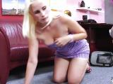 Un mec tringle une jeune cochonne blonde