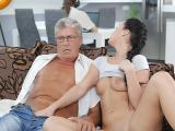 Jf chaude baise sur le canapé avec son beau-père