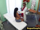 Le toubib baise une chaudasse aux gros seins