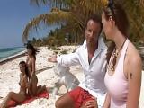 Baise tropical sur la plage
