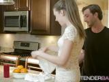 Elena Koshka baisée dans la cuisine
