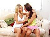 Deux lesbiennes et leur gode ceinture