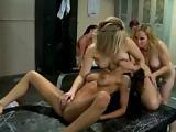 Trois jeunes lesbiennes baisent devant leurs amies