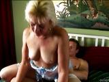 Vieille blonde a un orgasme devant la caméra